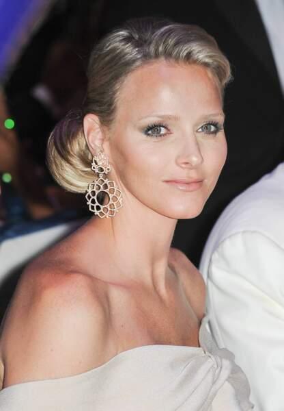 Charlène de Monaco : Lors du bal de la Croix Rouge en 2010, elle choisit un chignon raffiné et un mascara XXL