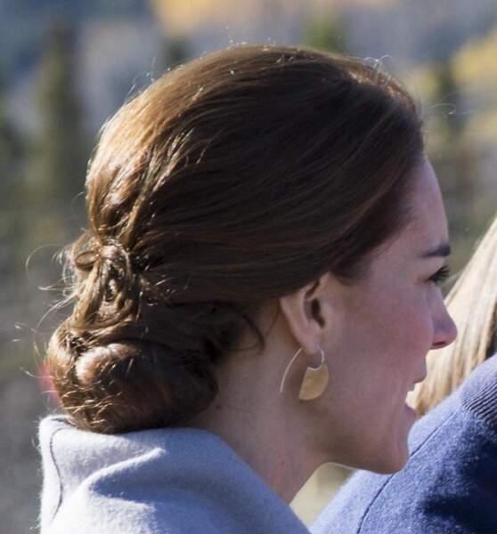 Des boucles d'oreilles en bronze portées au Canada en septembre 2016