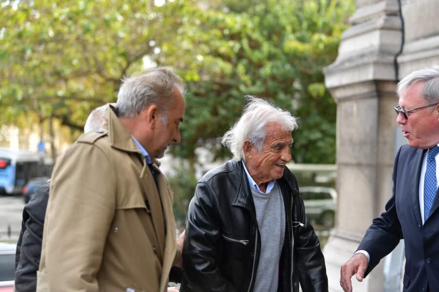 Jean-Paul Belmondo soutenu par Antoine Duléry aux obsèques de Jean Piat en l'église Saint François-Xavier