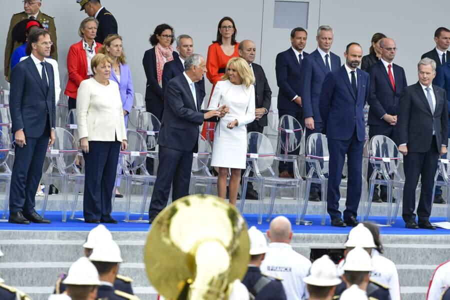 Tandis que Brigitte Macron portait une robe blanche chic, Sibeth Ndiaye a opté pour une tenue bien plus colorée