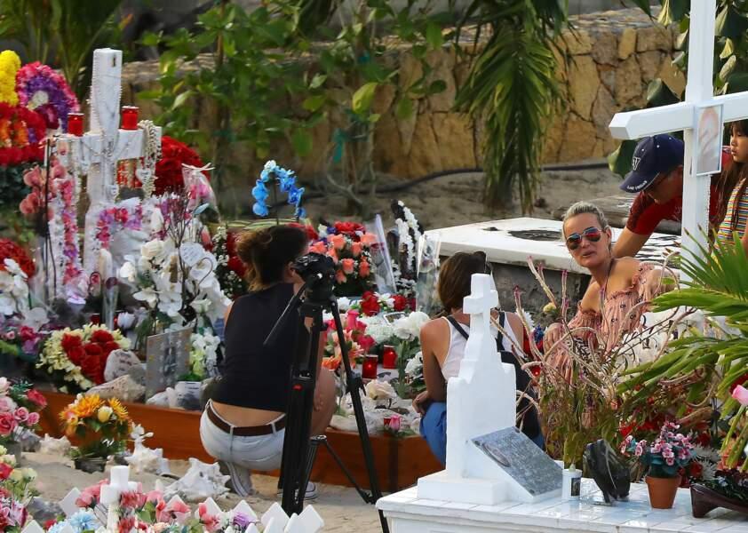 Laeticia Hallyday et ses deux filles, Jade et Joy, se recueillent sur la tombe de Johnny.