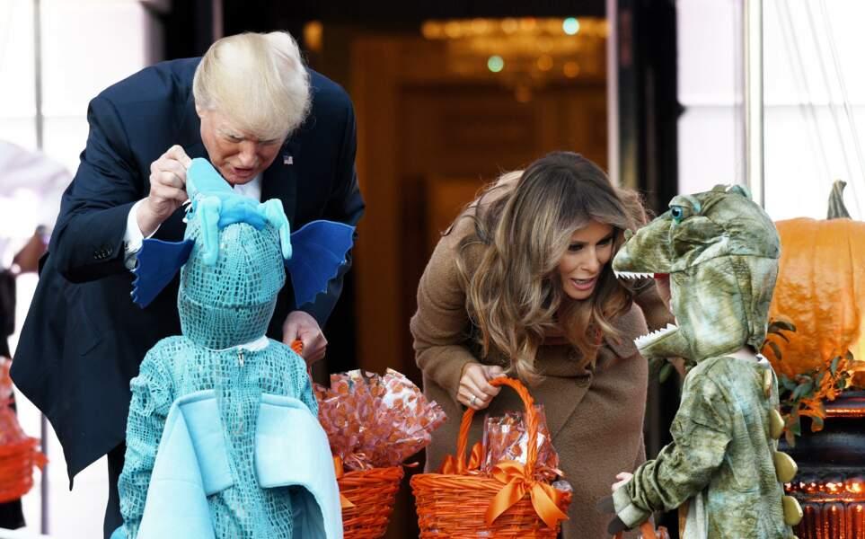Des enfants déguisés venus chercher des bonbons auprès de Donald et Melania Trump