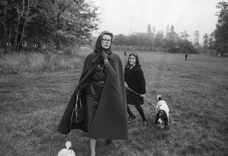 Grace de Monaco et Stéphanie promènent leur chien au bois de Boulogne en 1975