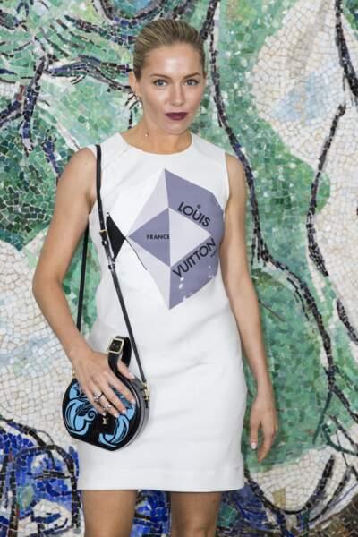 Sienna Miller est venue admirer les robes longues et fluides balnches signée Louis Vuitton Croisière