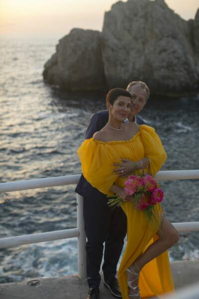 Cristina Cordula et son mari frédéric Cassin prennent la pose devant la baie de Capri
