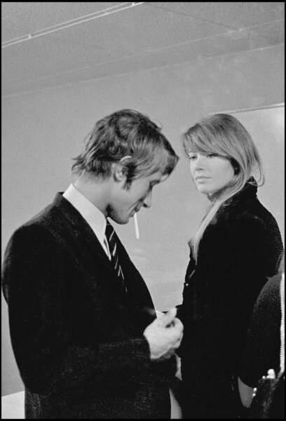 Les deux artistes, amoureux et complices dans les coulisses d'une émission en 1967.