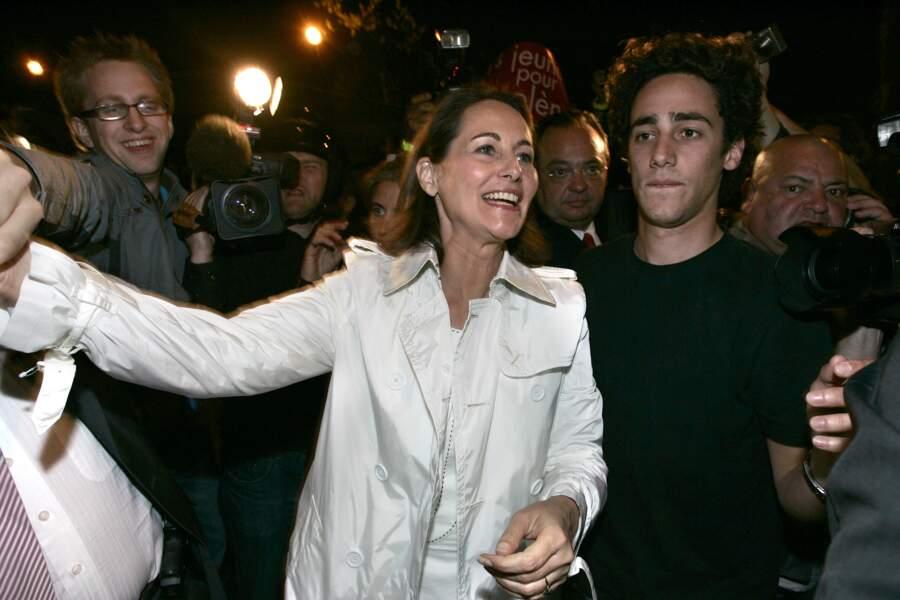 Ségolène Royal et Thomas Hollande arrivent rue de Solférino le soir du 1er tour des présidentielles de 2007.