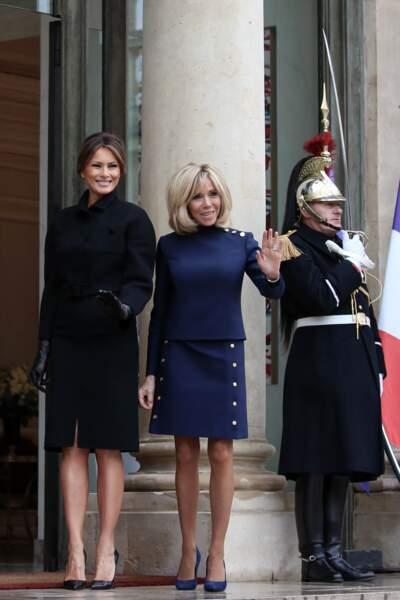 Sobre, Brigitte Macron est adepte de la robe droite et du bleu marine, parfait pour twister le noir !