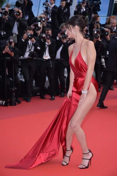Jusqu'à ce que le vent se lève : Bella Hadid s'est retrouvée à moitié nue à l'occasion du festival de Cannes 2016.