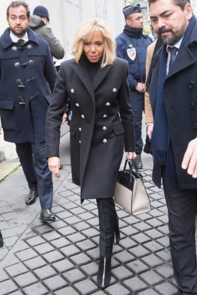 Brigitte Macron très sobre en manteau caban aux obsèques de Michel Legrand