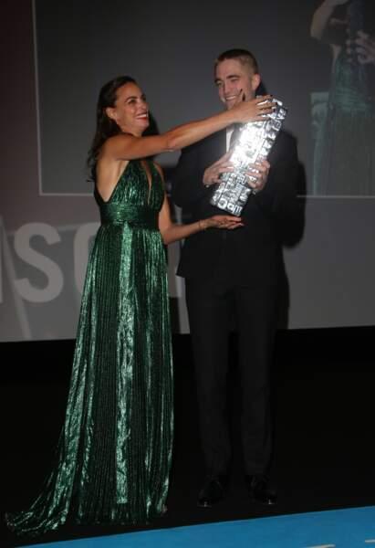 "Bérénice Bejo remet un prix à la star de la saga ""Twilight"""