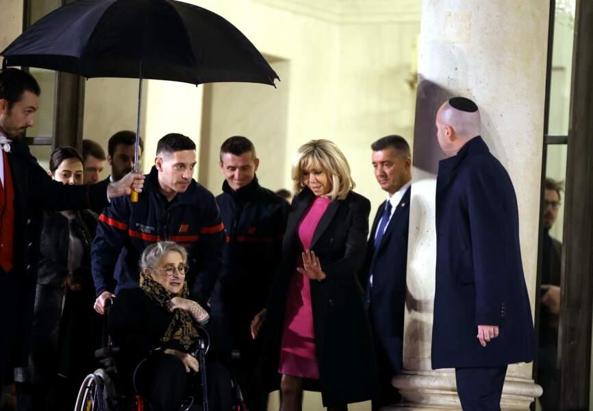 Brigitte Macron raccompagne la Première dame israélienne Nechama Rivlin après leur diner à l'Elysée