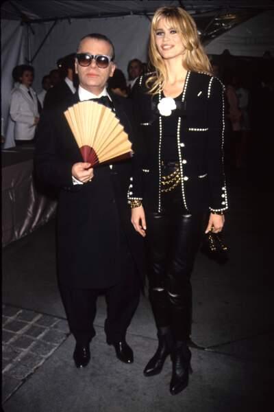 Claudia Schiffer prend ici la pose avec Karl Lagerfled en 1992. Elle a 22 ans.