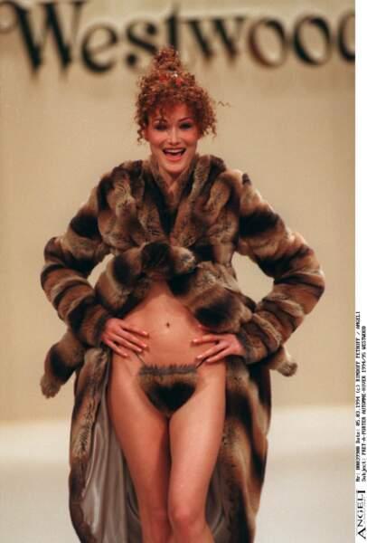 Provocante et fantasque en total look fourrure pour le défilé Vivienne Westwood en 1994