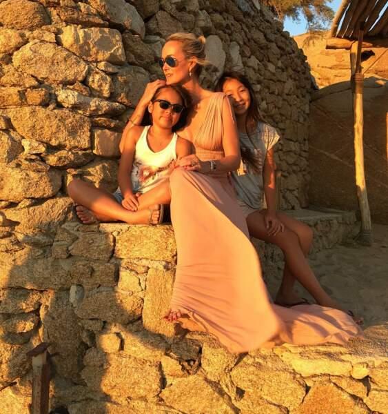 Laeticia Hallyday en robe longue nude, avec Joy et Jade à Mykonos en 2016