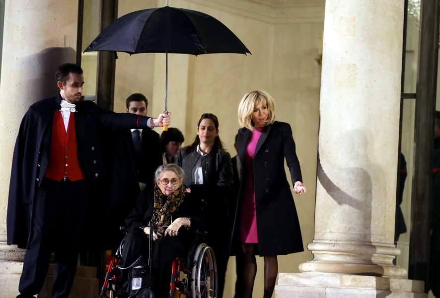 Brigitte Macron raccompagne la Première dame israélienne Nechama Rivlin sur le perron de l'Elysée