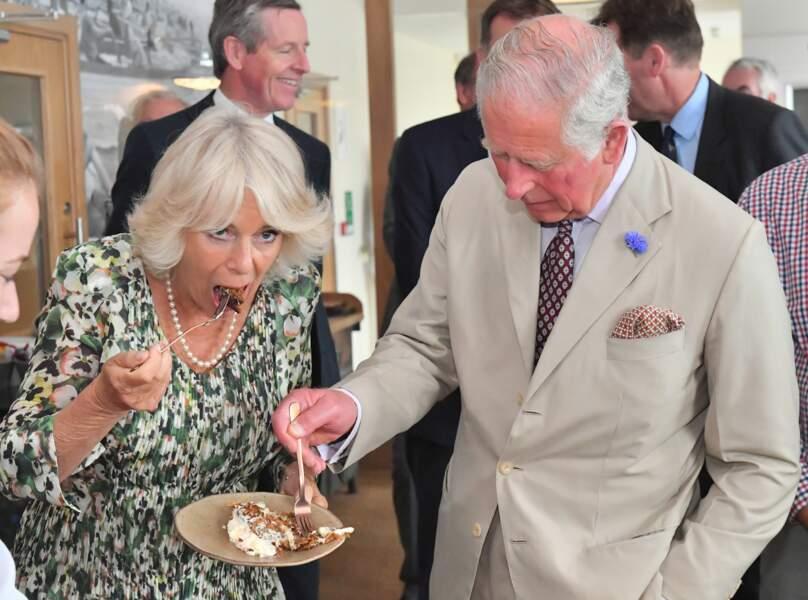 Camilla Parker Bowles et le prince Charles dégustent son gâteau d'anniversaire à St Mary's ce 17 juillet