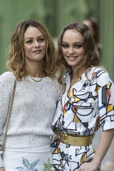 Vanessa Paradis et sa fille Lily-Rose Depp lors d'un défilé Chanel le 3 mai 2019, toujours complices