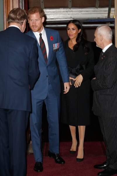 Meghan Markle recycle son manteau noir stella McCartney et dissimule son ventre rond comme Kate