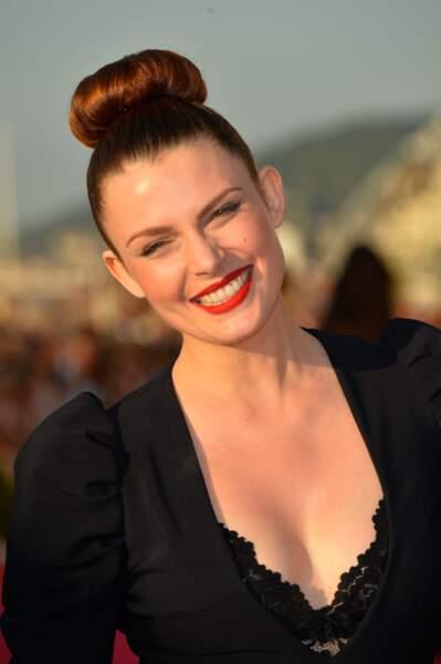 Elodie Frégé porte un bun très haut