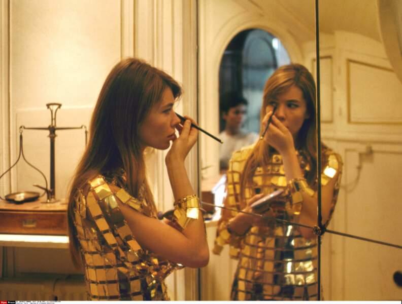 Métallique et fantastique en Paco Rabanne, qui, ébloui par sa modernité, lui créera des tenues sur mesure.