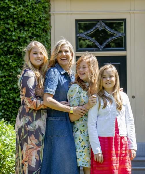 La reine Maxima pose avec ses filles dans la villa royale Eikenhorst à Wassenaar, le 13 juillet 2018
