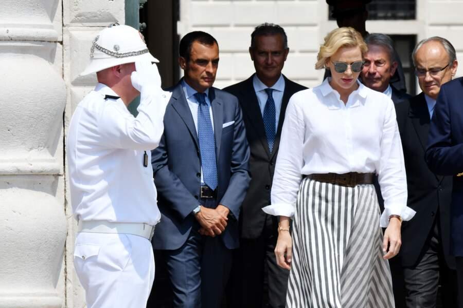 Charlène de Monaco, très élégante dans une chemise blanche et une jupe fluide à rayures
