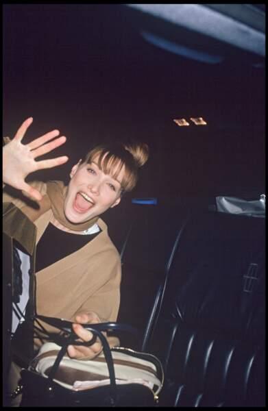Carla Bruni et son chignon haut avec une frange effilée, à New York en 1994