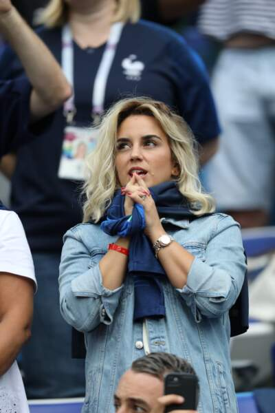 Erika Choperena lors du match France-Uruguay, le maillot de Griezmann autour de son cou