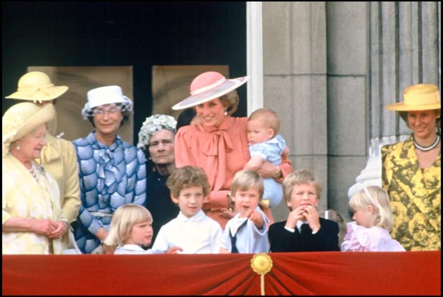 """1985 - LA FAMILLE ROYALE AVEC LA REINE MERE ET LA PRINCESSE LADY DIANA D"""" ANGLETERRE AVEC LE PRINCE HARRY"""
