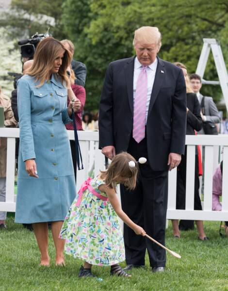 Libérée de ses escarpins, Melania Trump reste chic en robe Michael Kors mais joue avec les enfants