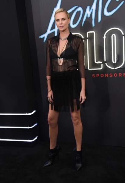 Charlize Theron sculpturale dans son total look noir et soutien-gorge apparent