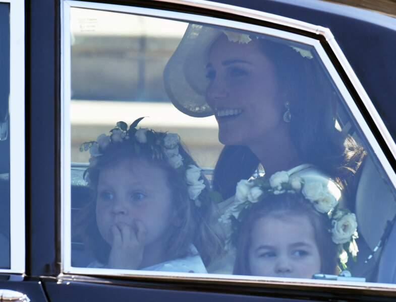 La petite tête de la princesse dépasse à peine de la vitre de la voiture