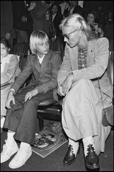 Sylvie Vartan assiste à un spectacle de cirque avec son fils David le 21 septembre 1979