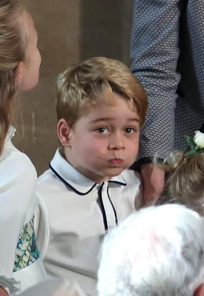 Le prince George gonflant sa bouche