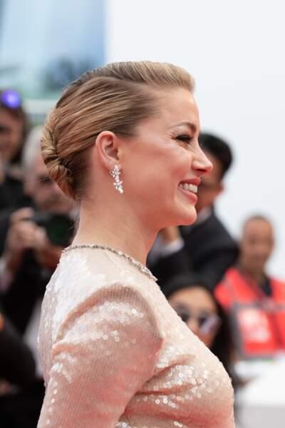 Amber Heard et son chignon lors de la montée des marches à Cannes le 15 mai 2019