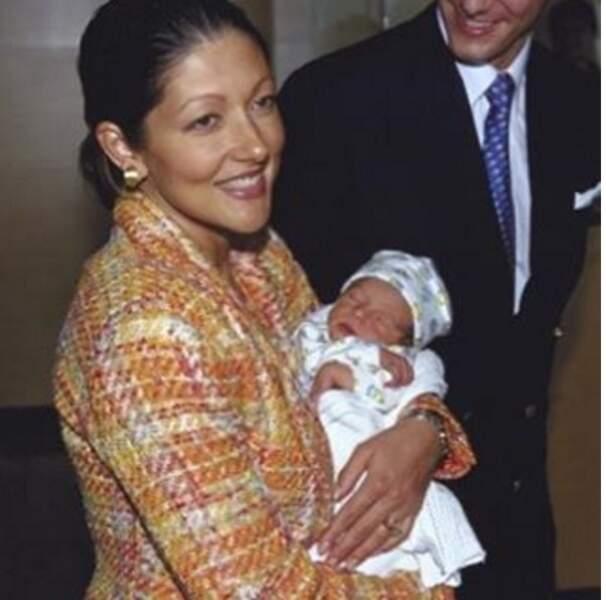 Dans les bras de sa maman, la comtesse Alexandra, en août 1999.