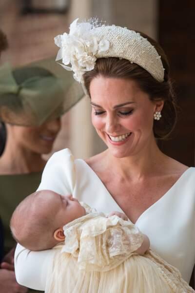 Kate Middleton, radieuse, tient son fils Louis dans ses bras après son baptême, le 9 juillet 2018