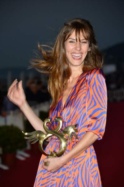 L'actrice rayonne au moment de recevoir son prix