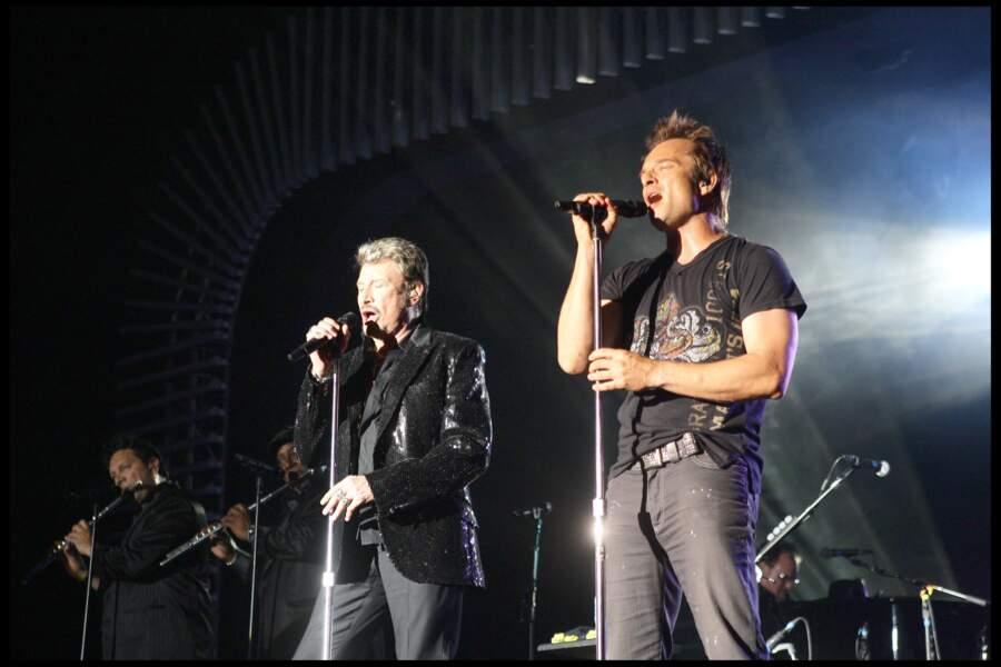 """Johnny Hallyday et David Hallyday sur scène lors de la tournée """"Tour 66"""" en 2009 à Monaco"""