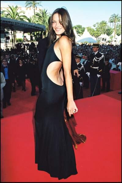 Ultra sensuelle dans une robe noire décolletée dans le dos, au festival de Cannes en 1999