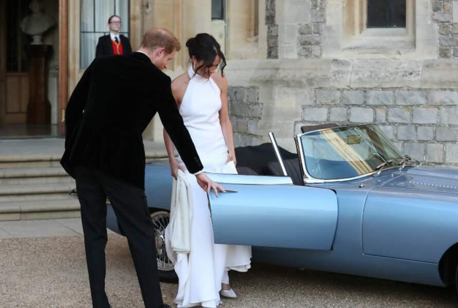 La nouvelle duchesse de Sussex monte à bord de la Jaguar Type E cabriolet