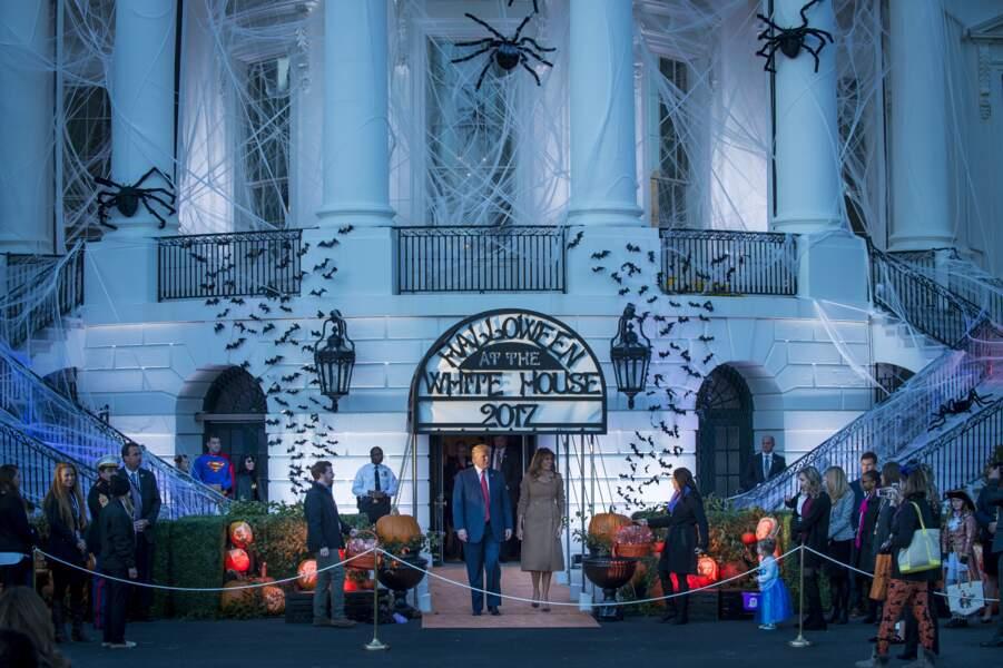 Donald et Melania Trump devant l'effrayante Maison Blanche