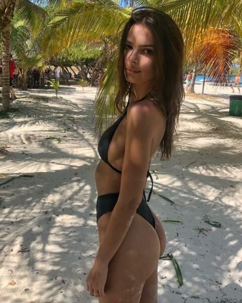 Emily Ratajkowski en maillot deux pièces, sur la plage ensoleillée