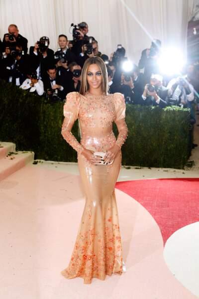 Beyoncé aime décidément l'effet sirène, avec cette chevelure lisse et cette robe ajustée évasée aux chevilles
