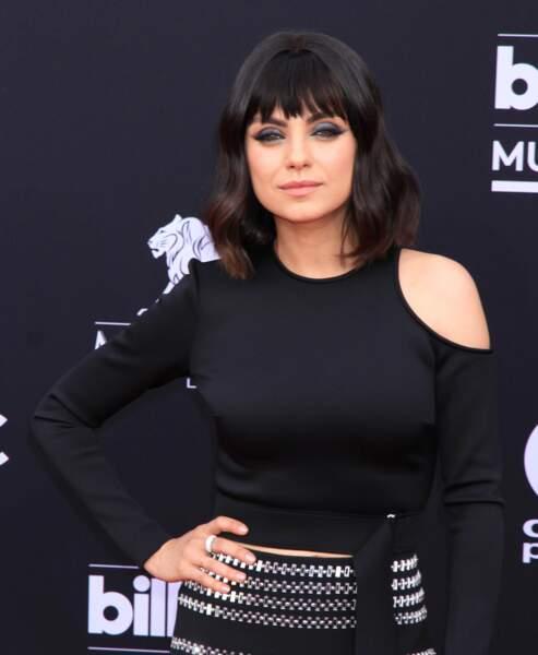 Mila Kunis aime aussi la frange rideau pour atténuer son visage rond
