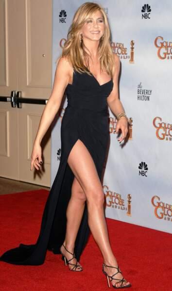 Jennifer Aniston en 2010, un beau coup en asymétrie et fente vertigineuse