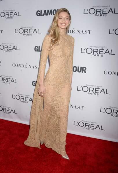 La blonde Gigi Hadid pétille et ses belles longueurs wavy lui donnent des airs de princesse