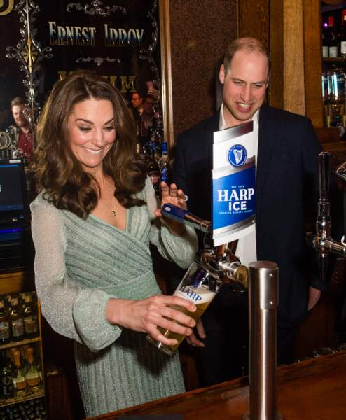 Kate Middleton manie la tireuse à bière comme une pro