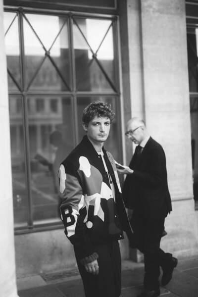 Les empiècements égayent le vestiaire masculin, comme en témoigne ce look porté par Niels Schneider.